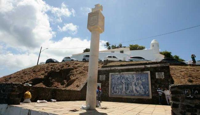 Marco de fundação de Salvador, no Porto da Barra, onde Souza teria aportado - Foto: Mila Cordeiro | Ag. A TARDE