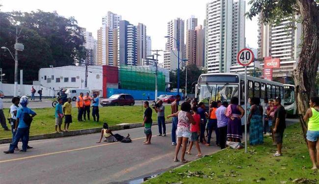 Protesto impede passagem de ônibus na via exclusiva - Foto: Edilson Lima | Ag. A TARDE