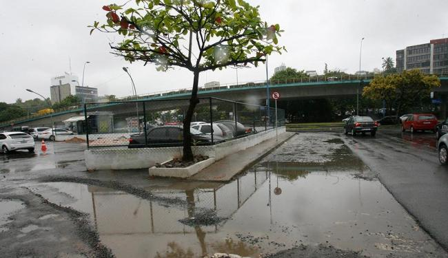 Má qualidade do asfalto em torno do novo estacionamento municipal é uma das reclamações - Foto: Margarida Neide | Ag. A TARDE