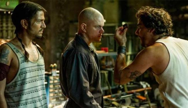 Wagner Moura interpreta Spider, o personagem que ajuda Max (Matt Demon) - Foto: Divulgação