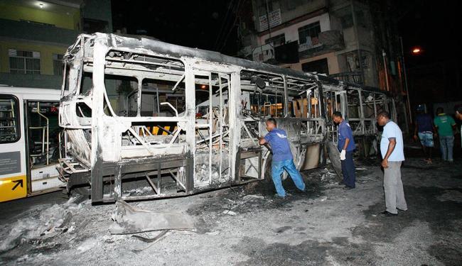 Depois do fogo, o trabalho para retirar os veículos - Foto: Margarida Neide | Ag. A TARDE