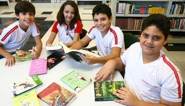 Rafael, Maria Fernanda, David e Carlos, alunos do 6º ano do ensino fundamental leem com frequência - Foto: Fernando Amorim   Ag. A TARDE
