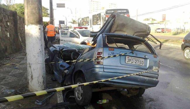 Com o choque, veículo ficou completamente destruído - Foto: Edilson Lima   Ag. A TARDE