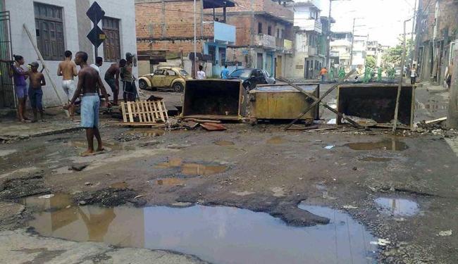Rua segue interditada pelos moradores, que pedem melhorias para a região - Foto: Edilson Lima | Ag. A TARDE