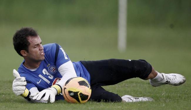 Goleiro será reavaliado e ainda é dúvida para o jogo deste domingo - Foto: Raul Spinassé   Ag. A TARDE