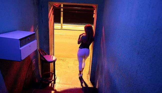 Muitas prostitutas entram na profissão porque as mães também faziam programa - Foto: Raul Spinassé | Ag. A TARDE