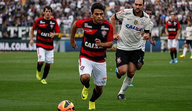 Danilo (d), do Corinthians, em lance com Maxi Biancucchi, do Vitória, durante partida válida pela 13 - Foto: Ale Frata l Frame l Agência Estado