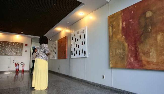 Exposição reúne 18 obras do artista no hall da sede do jornal A TARDE - Foto: Mila Cordeiro | Ag. A TARDE
