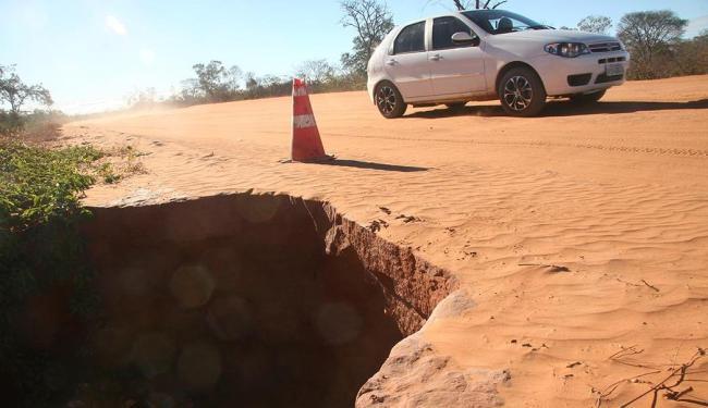 Trecho inacabado da rodovia BR-135, estratégico para a região, é de difícil trânsito - Foto: Miriam Hermes | Ag. A TARDE