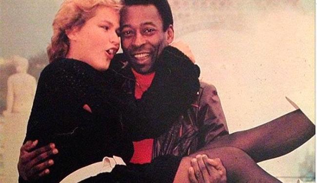 Xuxa aparece sendo carregada por Pelé, na época que eles eram namorados, em Paris - Foto: Instagram | Reprodução