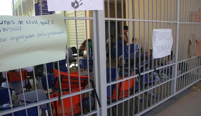 Os estudantes impediram o acesso ao campus da Prainha, em Barreiras - Foto: Miriam Hermes | Ag. A TARDE