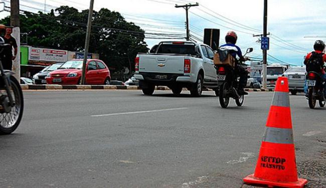Intervenção bloqueou uma faixa da Estrada do Coco em frente ao Hospital Menandro de Farias - Foto: Edmar de Paulo | PMLF