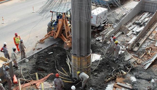 Operários trabalham na recuperação da coluna de sustentação da passarela - Foto: Eduardo Martins | Ag. A TARDE