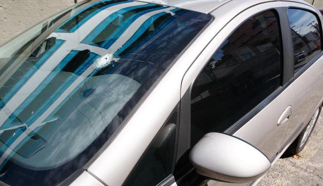 Marca da violência no para-brisa do Fiat Punto da jornalista Selma Alves - Foto: Luciano da Matta   Ag. A TARDE