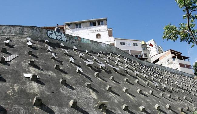 O painel no paredão foi sendo desfalcado ao longo dos anos, até retirada total das 454 peças - Foto: Margarida Neide | Arquivo | Ag. A TARDE