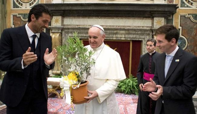 O Papa Francisco recebeu no Vaticano jogadores da seleções da Itália e da Argentina - Foto: Osservatore Romano / Agência Reuters