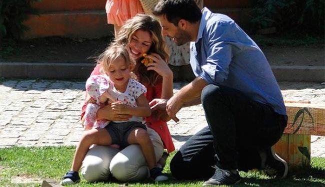 Radiante com a notícia, Ester vai comemorar com a filha e o amado - Foto: TV Globo | Divulgação