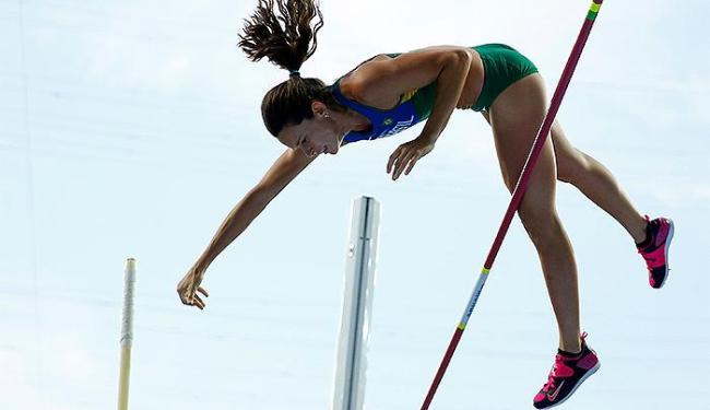 Brasileira para no salto de 4,75m,... - Foto: Reuters l Kai Pfaffenbach
