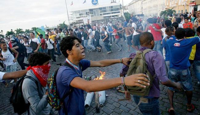 Membros do Movimento pelo Passe Livre e estudantes protestam na Praça Municipal - Foto: Margarida Neide | Ag. A TARDE