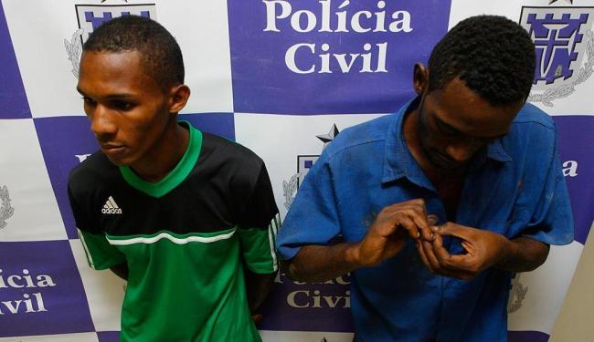 Raimundo e Roberval estão presos na Delegacia de Repressão a Furtos e Roubos de Veículos - Foto: Marco Aurélio Martins | Ag. A TARDE