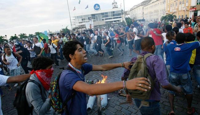 Manifestantes jogaram ovos na prefeitura e queimaram simbolicamente o prefeito - Foto: Margarida Neide   Ag. A TARDE