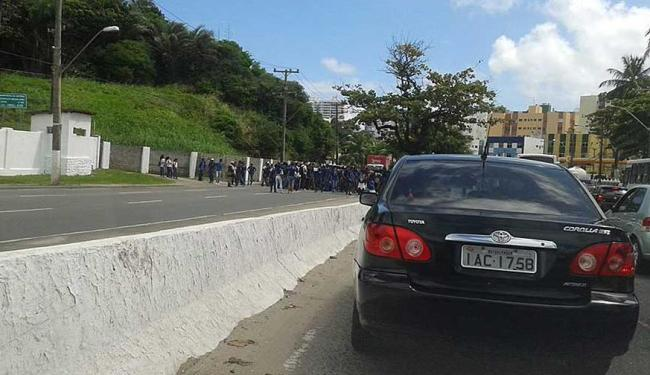 Estudantes caminham pela avenida em direção a Amaralina - Foto: Millena Valle | Reprodução Facebook