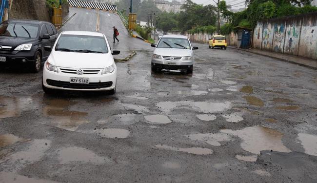 A Rua Santiago de Compostela, em Brotas, tem o asfalto bastante danificado - Foto: Luciano da Matta | Ag. A TARDE