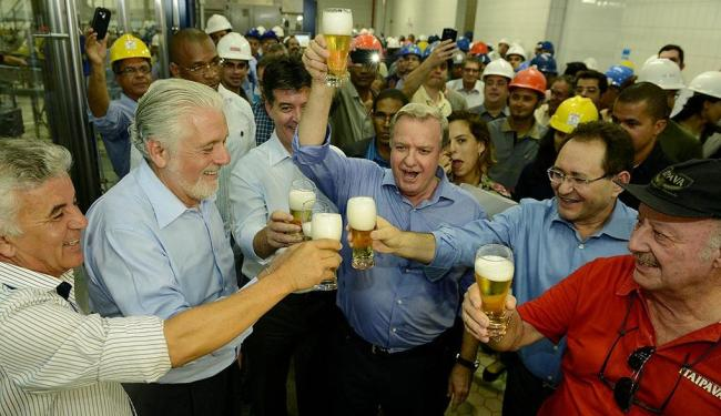 Wagner e executivos do Grupo Petrópolis brindam início das atividades da fábrica - Foto: Valter Pontes | Divulgação