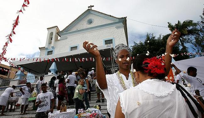 Adeptos do candomblé oferecem banho de pipoca aos fiéis - Foto: Marco Aurélio Martins | Ag. A TARDE