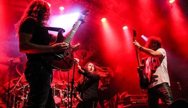 Angra no palco, com o cantor italiano Fabio Lione (E) - Foto: Mauricio Von Abel | Divulgação