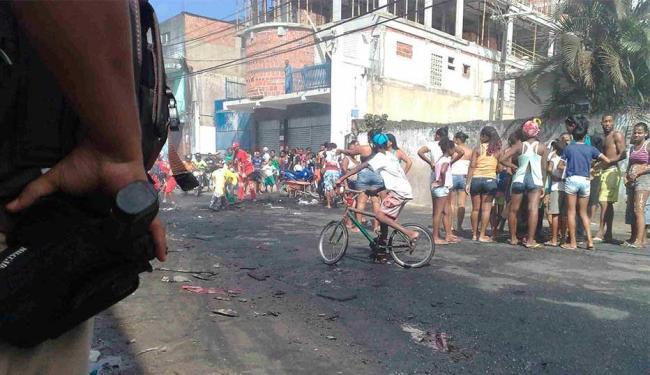 Manifestantes acusam polícia de ter matado jovem - Foto: Edilson Lima | Ag. A TARDE