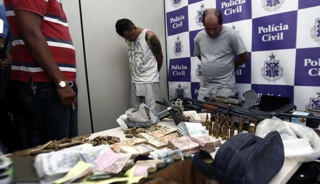 Acusados estavam com armas de grosso calibre, coletes, carros e R$ 40 mil - Foto: Luiz Tito   Ag. A TARDE