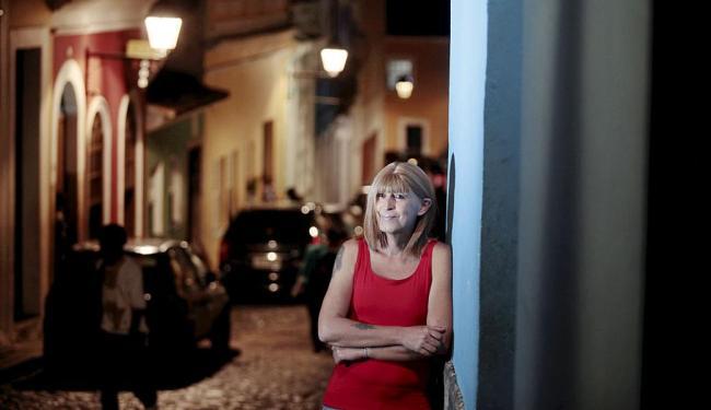A travesti Renata Rebello, 53, diz que hoje é mais feliz - Foto: Raul Spinassé | Ag. A TARDE