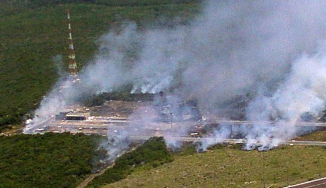 Foto da Força Aérea Brasileira, em baixa resolução, mostra nuvem de fumaça após a explosão - Foto: FAB | Divulgação