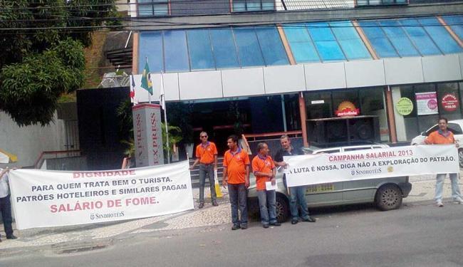 Representantes da categoria realizam manifestação em frente a hotel no Caminho das Árvores - Foto: Thaís Seixas | Ag. A TARDE