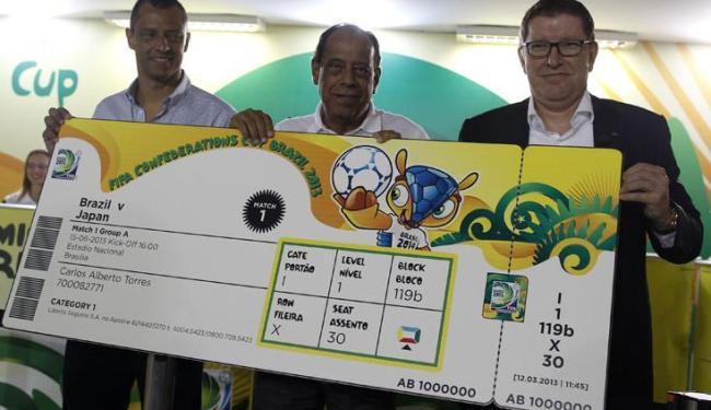 O gerente de marketing da Fifa, Thierry Weil (1º à direita), não revelou o preço da taxa de entrega - Foto: Pilar Olivares / Agência Reuters