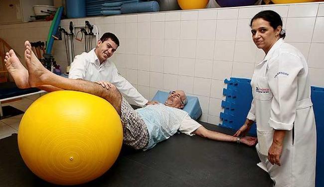 Elizeu Oliveira, aluno de fisioterapia, presta serviços à comunidade - Foto: Mila Cordeiro | Ag. A TARDE