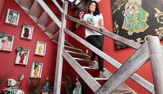 Área embaixo da escada do hotel de Rita virou um nicho para santos - Foto: Mila Cordeiro   Ag. A TARDE