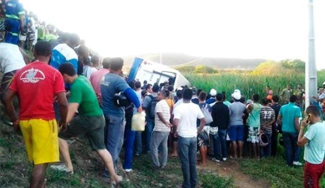 Aproximadamente 12 passageiros estavam no ônibus - Foto: Emerson Rocha | Bahia Acontece