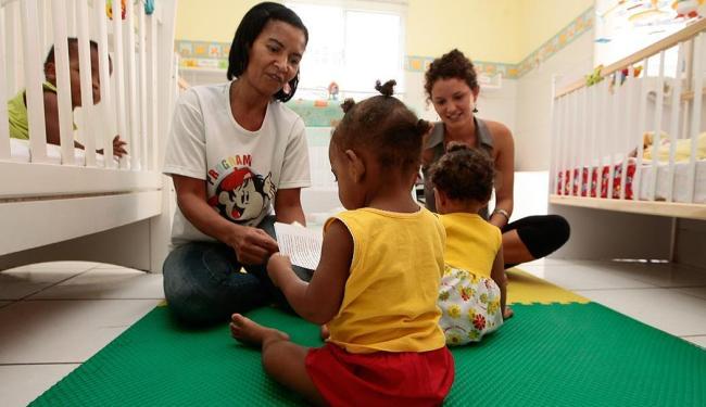 Cuidadoras brincam com duas meninas que estão morando no Lar da Criança, em Brotas - Foto: Mila Cordeiro   Ag. A TARDE