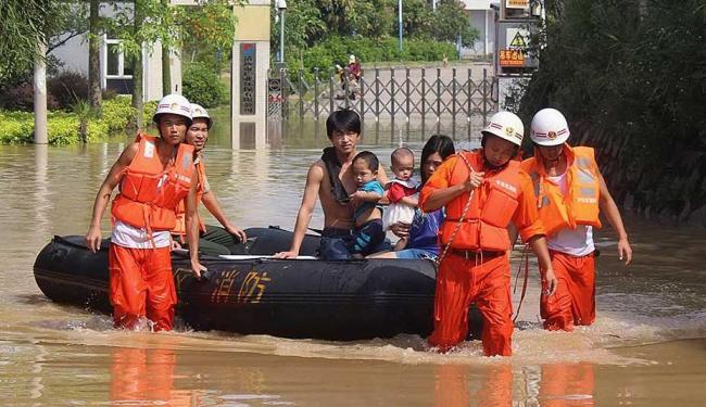 Vítimas de alagamentos são socorridas na China - Foto: Agência Reuters