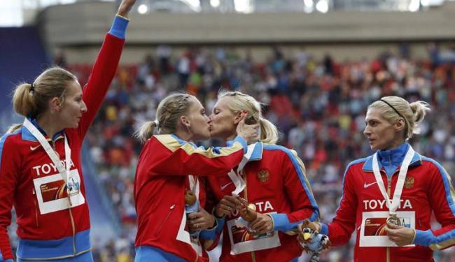 Kseniya Ryzhova lamentou que beijo tenha ofuscado comemoração da vitória nos 4x400m - Foto: Grigory Dukor / Agência Reuters