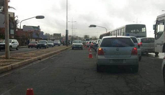 Mudança dificultou o trânsito no sentido Itapuã - Foto: Rafaela Matias | Reprodução | Facebook