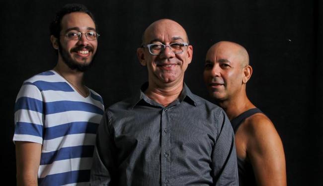 Além de Frank Menezes, espetáculo tem os atores Marcelo Praddo e João Guisande - Foto: Andréia Magnoni | Divulgação