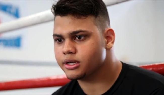 Igor Freitas treina para seguir os passos do pai e fazer a estreia nos ringues - Foto: Reprodução l YouTube