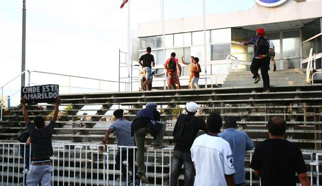 Manifestantes pulam grade que dá acesso ao Tomé de Souza - Foto: Fernando Amorim | Ag. A TARDE