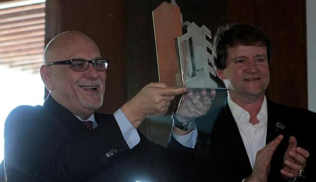 O presidente da Caixa, Jorge Hereda (esquerda), foi homenageado pela Ademi nesta sexta - Foto: Eduardo Martins | Ag. A TARDE