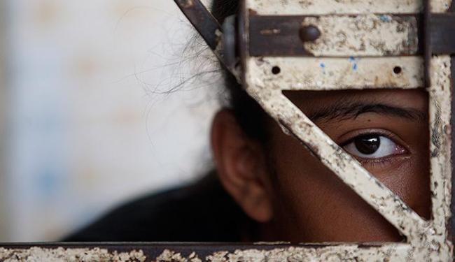 Liliane Santos*, 13 anos, tenta compreender a ausência dos pais, que são ex-presidiários - Foto: Raul Spinassé l Ag. A TARDE