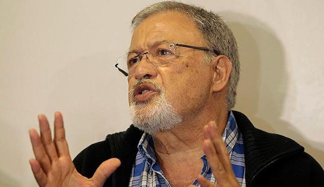 O português Raul Ramalho, 66 anos, foi o primeiro médico a chegar a Salvador - Foto: Eduardo Martins | Ag. A TARDE