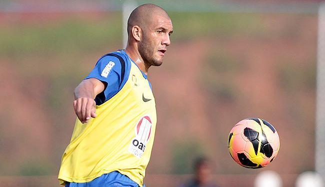 Em treino no Fazendão, Fernandão se concentra no domínio da bola - Foto: Raul Spinassé | Ag. A TARDE